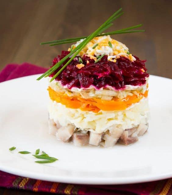 Ruský vánoční zeleninový salát se sleďem.