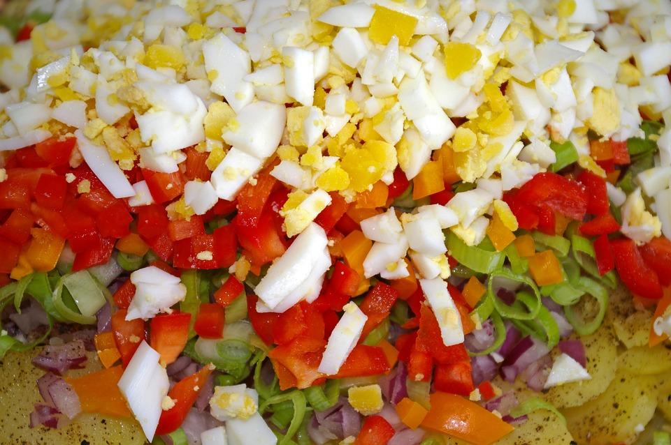 i z červených brambor se dá připravit vynikající salátek