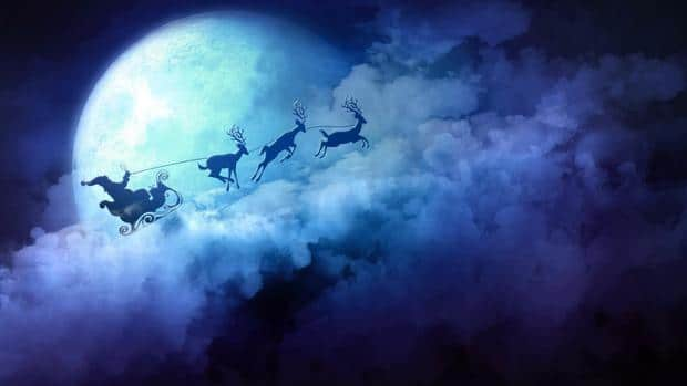 Fialovo-modrá pohlednice s pohledem na oblaka, měsíc a Santa Clause v saních, tažených třemi soby.