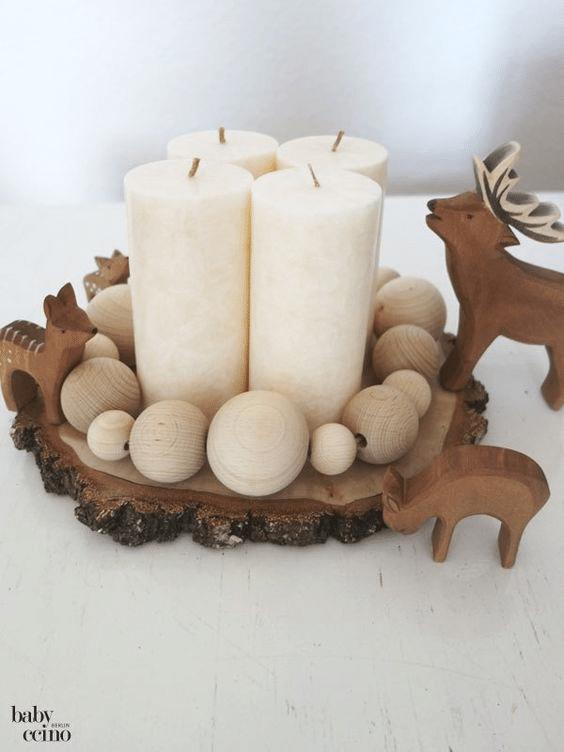 Minimalistický adventní svícen ze dřeva v čistém skandinávském stylu.