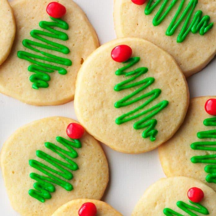 Skořicová kolečka, zdobená červenými a zelenými ornamenty, připomínajícími vánoční stromeček.