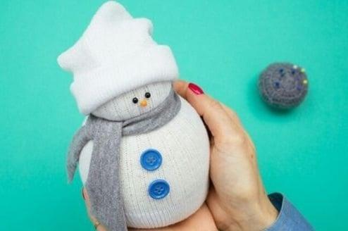 Návod na výrobu sněhuláka z ponožky.