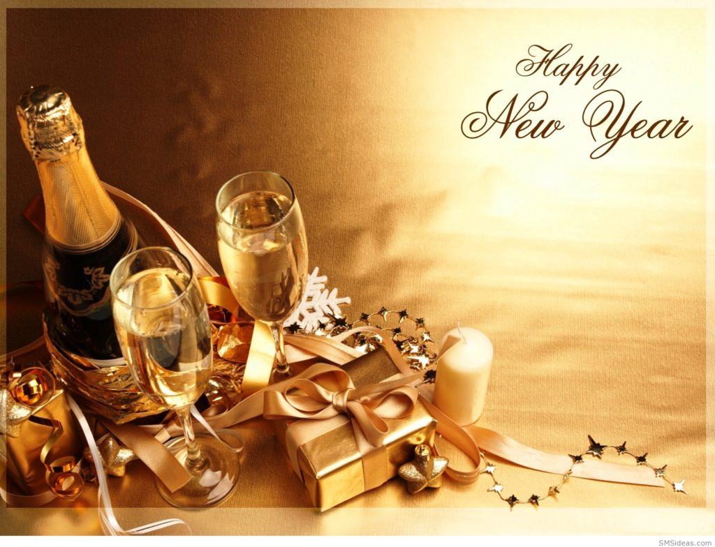 Dvě plné šampusky s láhví šampusu a nápisem Happy New Year na zlatém obrázkovém vánočním přání.