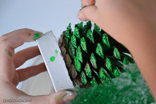 Tvoření s dětmi vánoční stromeček ze šišky.