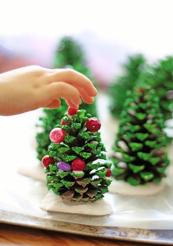 Jak vyrobit vánoční stromek z borové šišky.
