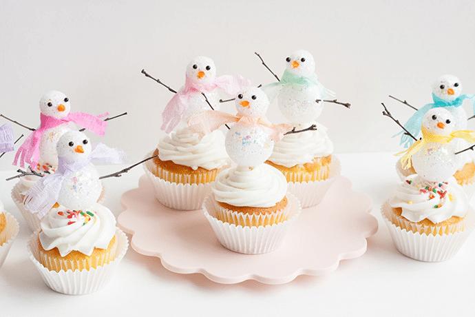 Vánoční cupcakes se sněhuláčky.