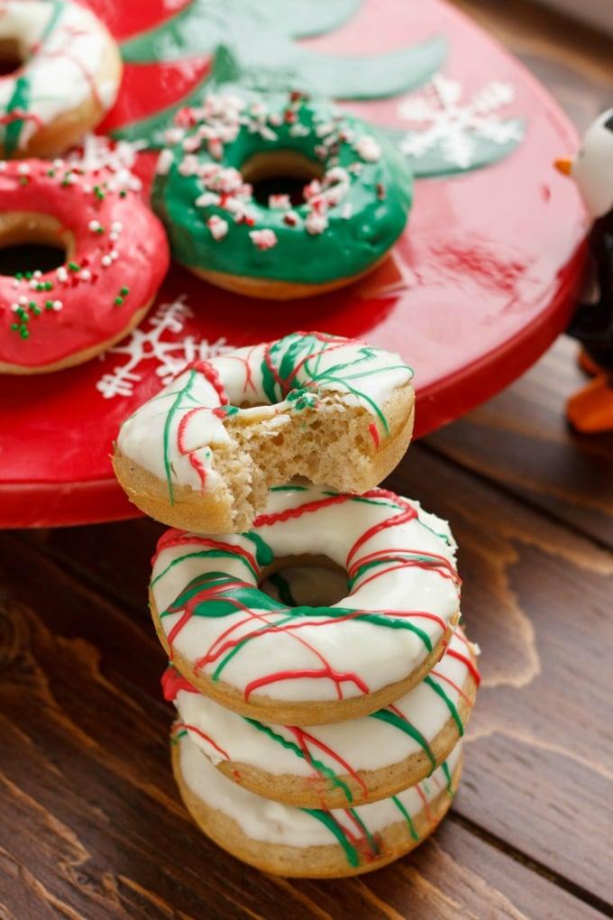 Vánoční donuty ozdobené polevou.