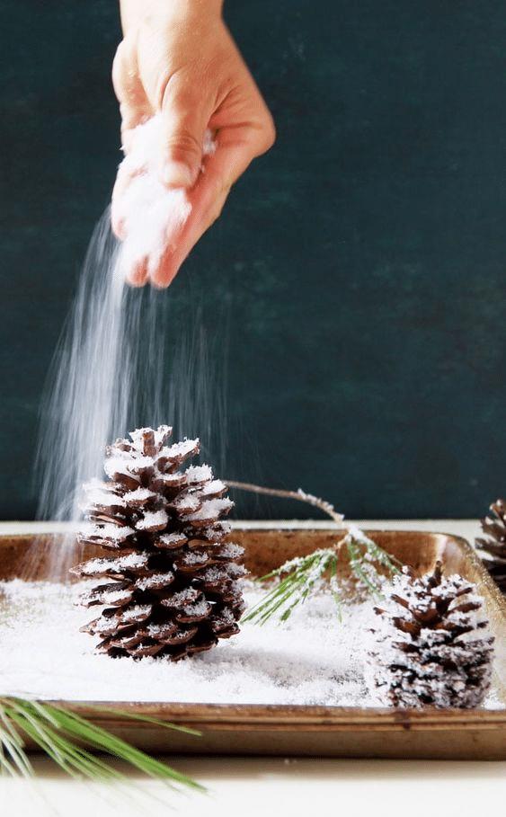 Postup výroby vánočního stromku ze šišek.