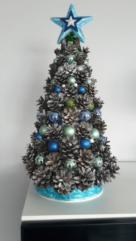Modrý vánoční stromek ze šišek návod.