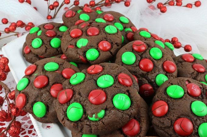 Vánoční cukroví zdobené lentilkami.