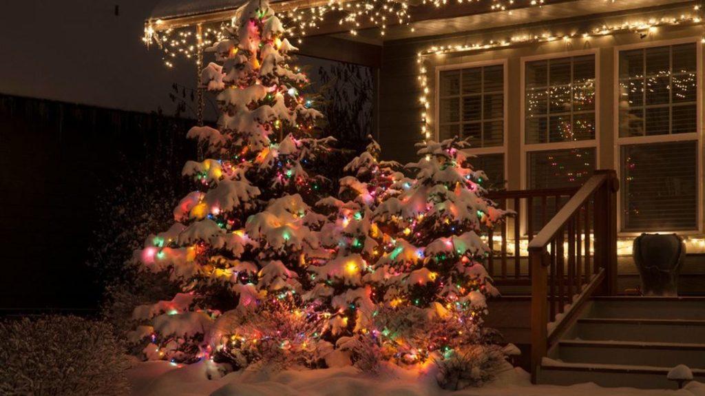 svítící dekoraci využijete i před domem na zahradě