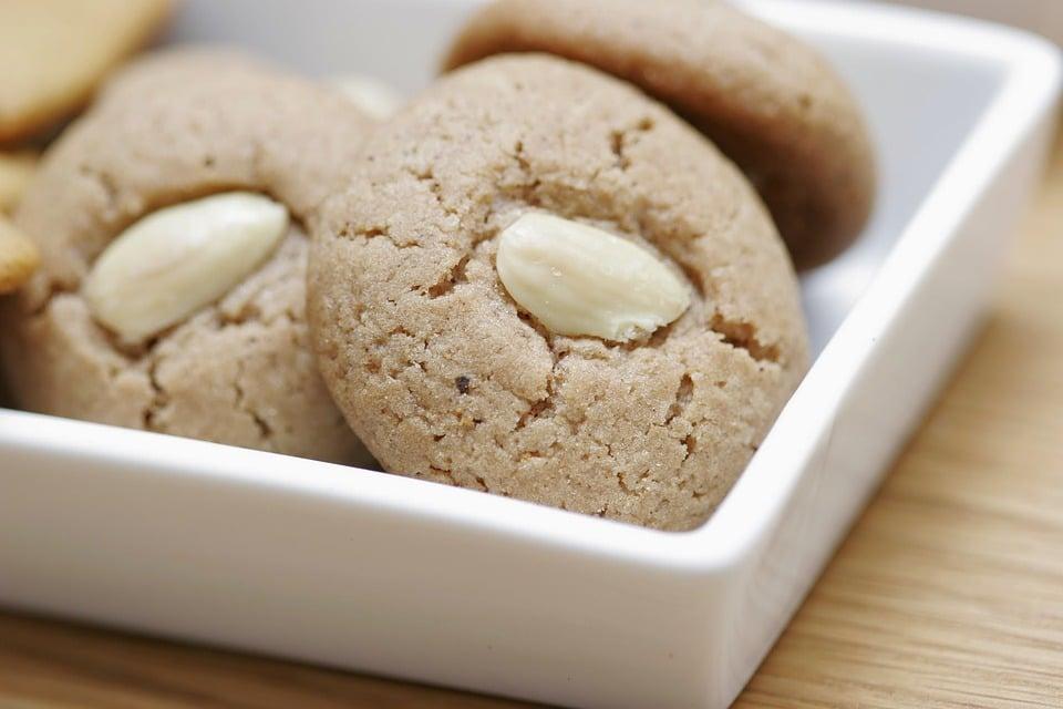 sušenky ze zázvoru s mandlí jako ozdobou