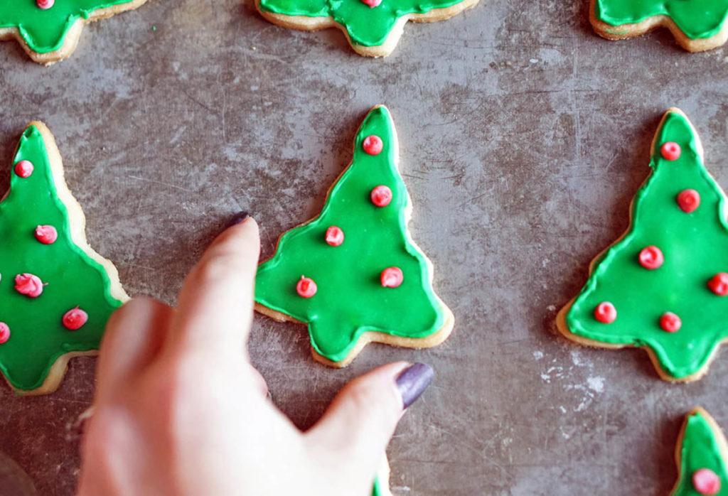 Vánoční stromečky zdobené jedlými barvami v tubě.
