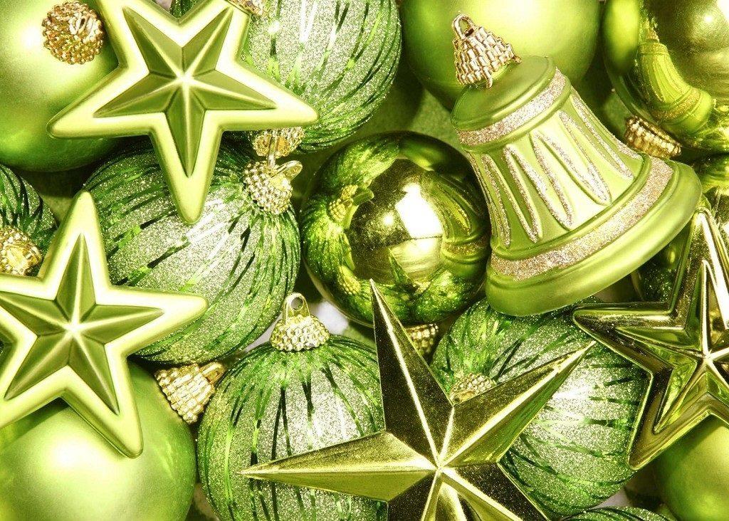 Pohlednice se zelenými dekoracemi ve tvaru hvězd, koulí a zvonečků.