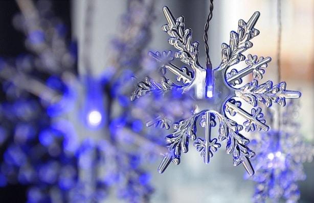 modře svítící sněhová vločka
