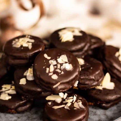 Bezlepkové išelské dortíčky s čokoládovou polevou zdobené mandlemi