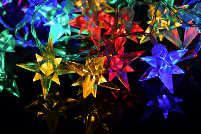 barevné hvězdičky jako ozdoba domu
