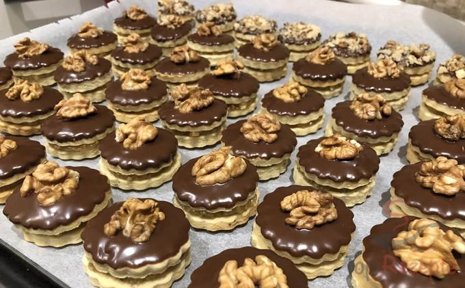 Kulaté cukroví s čokoládovou polevou a vlašskými ořechy