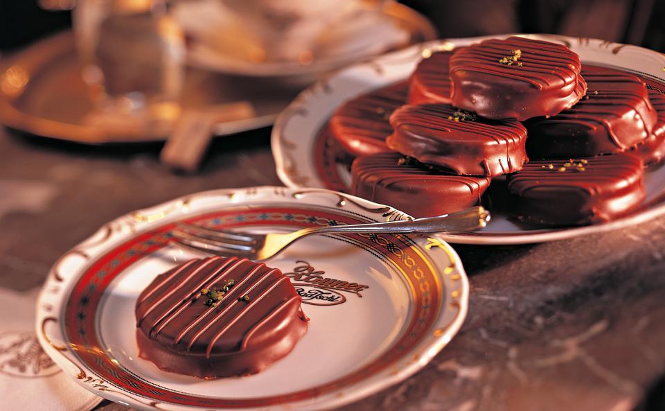 Išelské cukroví s pudinkovou náplní a pistáciemi, polité čokoládovou polevou