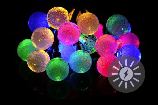 solární řetěz s barevnými koulemi