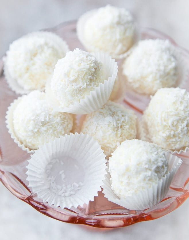 Nepečené cukroví ze salka naservírované na míse