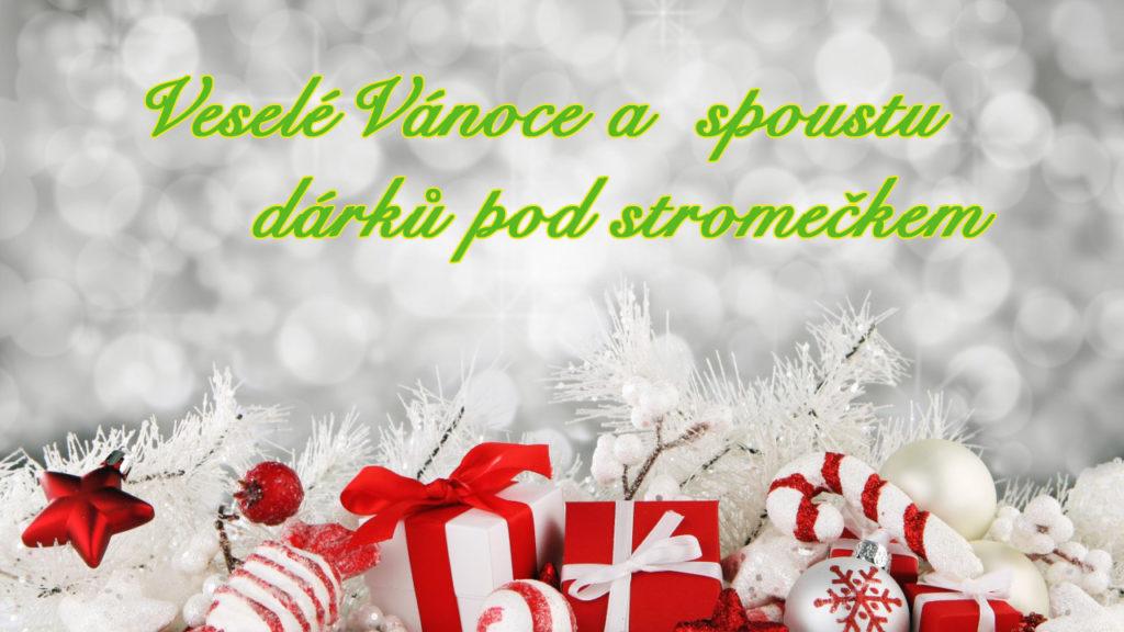 """Vánoční obrázkové přání s bílým pozadím, červenými dárky a přáním """"Veselé Vánoce a spoustu dárků pod stromečkem""""."""