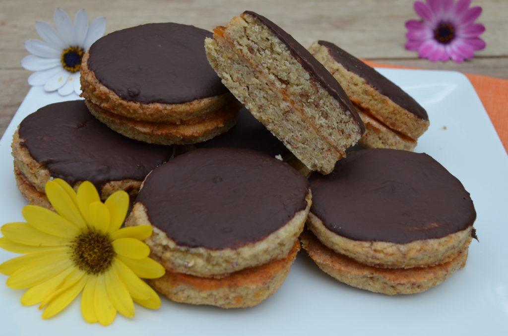 Kulaté išelské dortíčky s meruňkovou marmeládou a čokoládovou polevou.