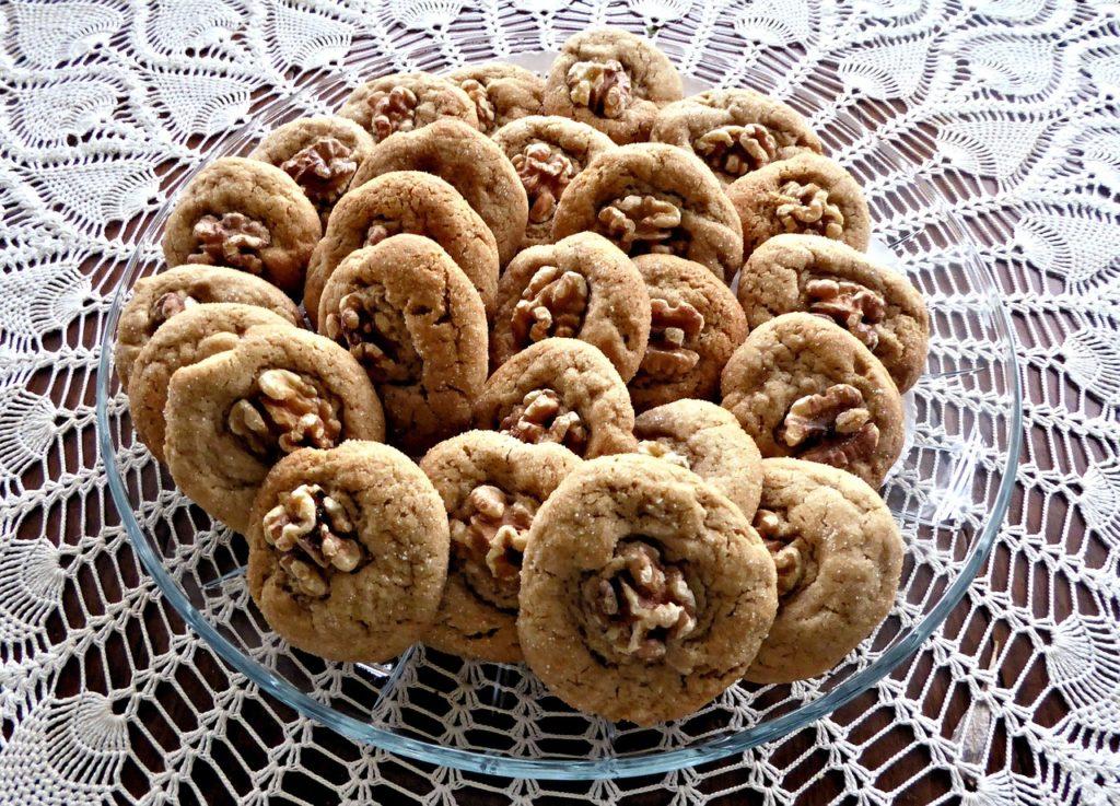 Sušenky po americku s vlašskými ořechy v důlcích