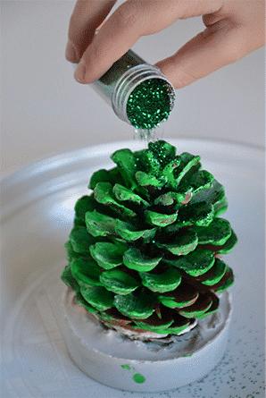 Vánoční DIY pro děti - vánoční stromeček ze šišky.