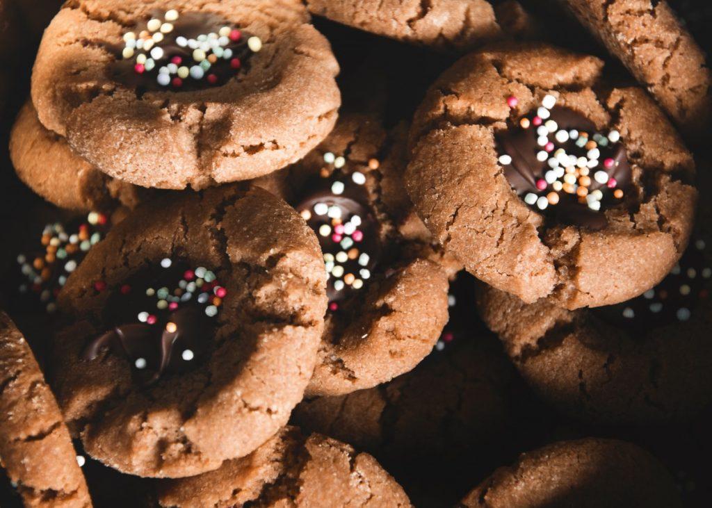 Sušenky se sladkou tečkou uprostřed důlků