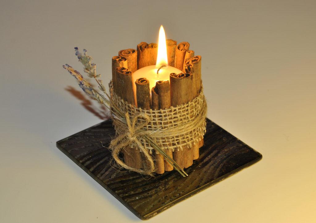 Svíčka ve skořicovém svícnu.