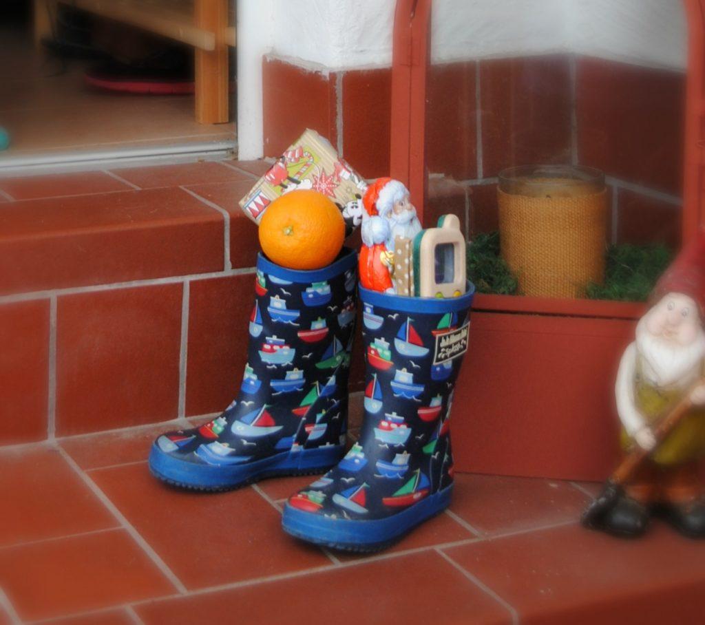 Rakouské děti si nechávají v zádveří vysoké boty, do kterých obdrží výslužku.