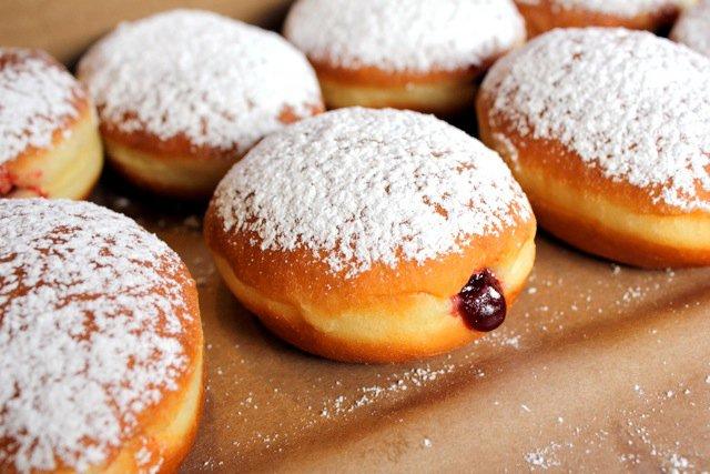 Židovské koblihy plněné želé nebo marmeládou.