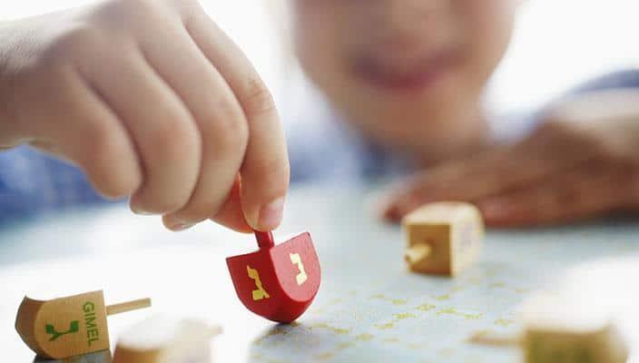 Drejdl je tradiční společenská hra podobná naší káče.