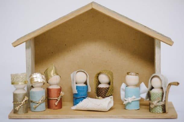 Další betlém ze dřeva včetně figurek.