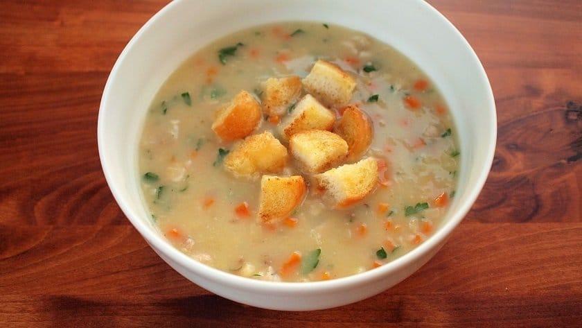 Tradiční rybí polévka z rybí hlavy s kořenovou zeleninou.