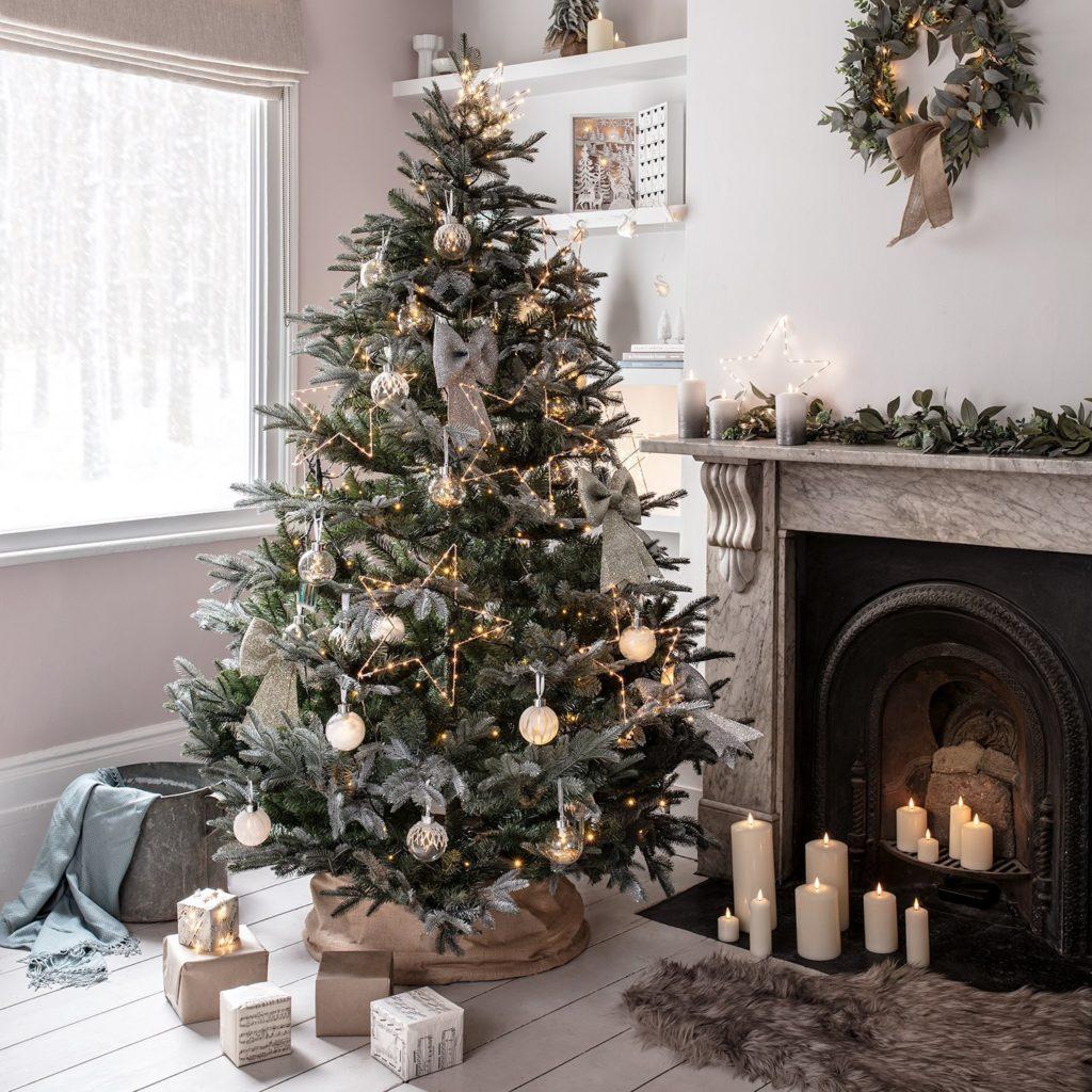 Osvětlení se svíticími hvězdami působí velice pěkně, a to nejen u vánoční výzdoby v šedé.