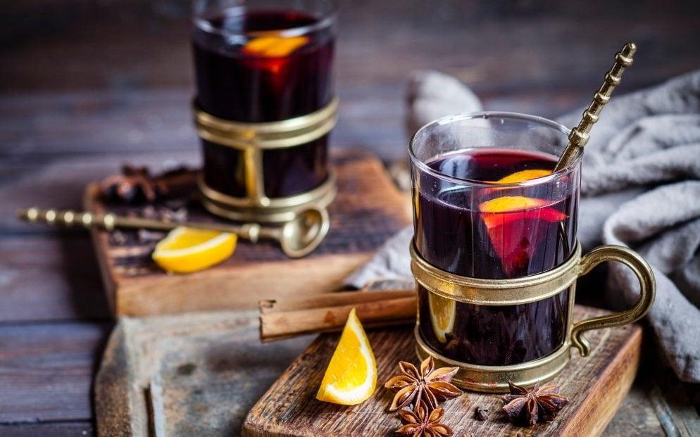 Svařené víno s pomerančem a brandy.
