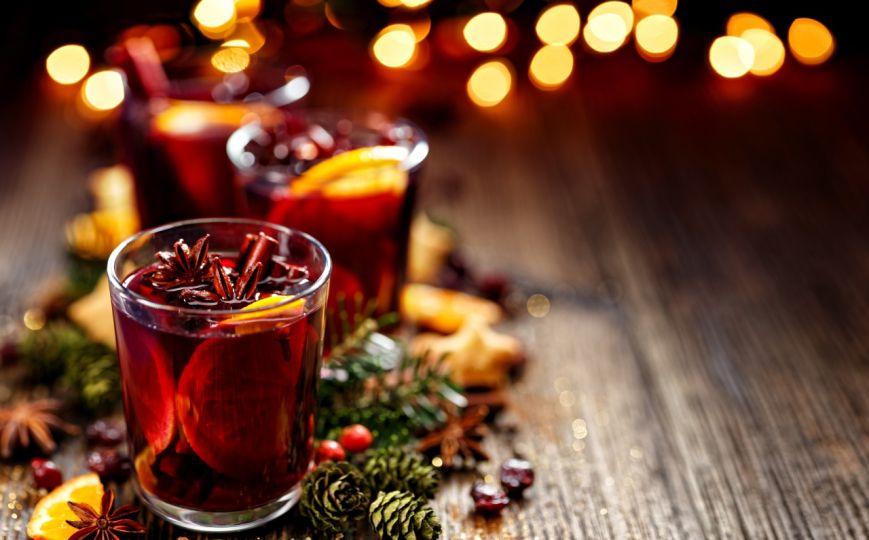 S vánočním punčem s rumem a vínem se zahřejete.