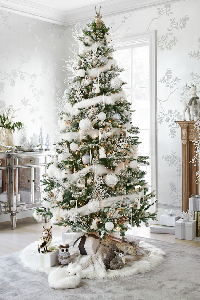 Stromeček v bílých a tlumených odstínech přinese zimu k vám domů.
