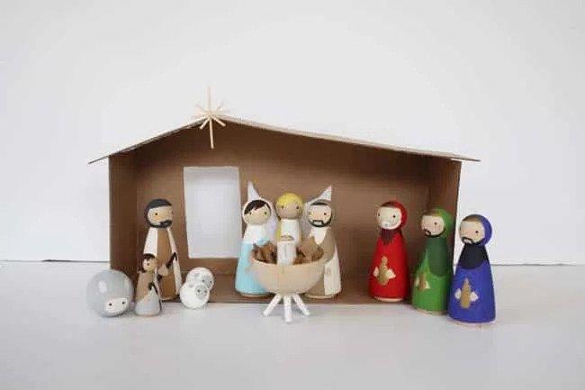 Vánoční betlém ze dřeva a kartonu si můžete vyrobit i vy.