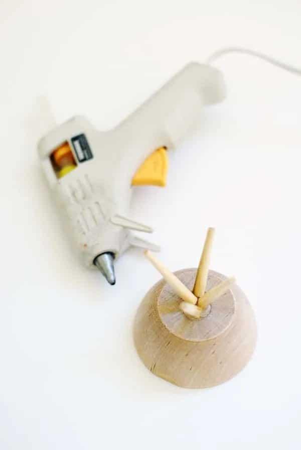 Slepením misky a čínských hůlek nám vzniknou jesličky.