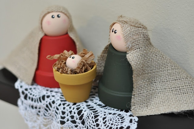 Figurky do betlému z keramických květináčů.