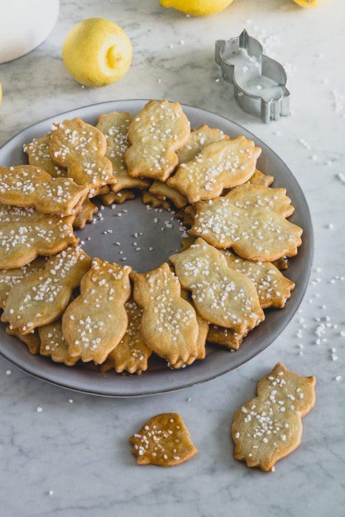Linecké citronové vánoční cukroví ve tvaru soviček, posypané cukrem.