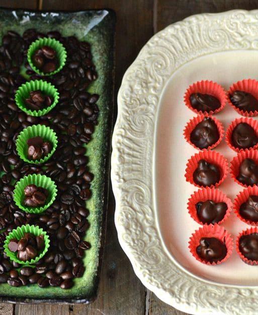 Vánoční cukroví s kávovými zrny, obalenými v čokoládě, servírované v zelených a oranžových papírových košíčcích.