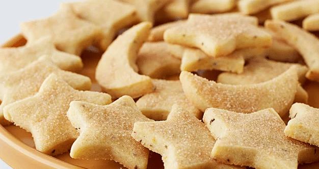 Sádlové cukroví ve tvaru hvězdiček a měsíčků.
