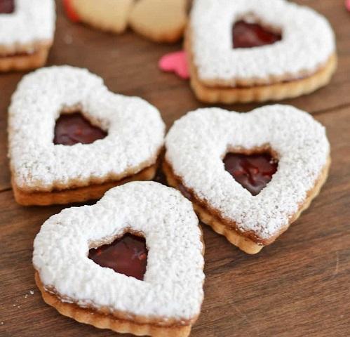 Skořicové vánoční cukroví slepované ve tvaru srdce.