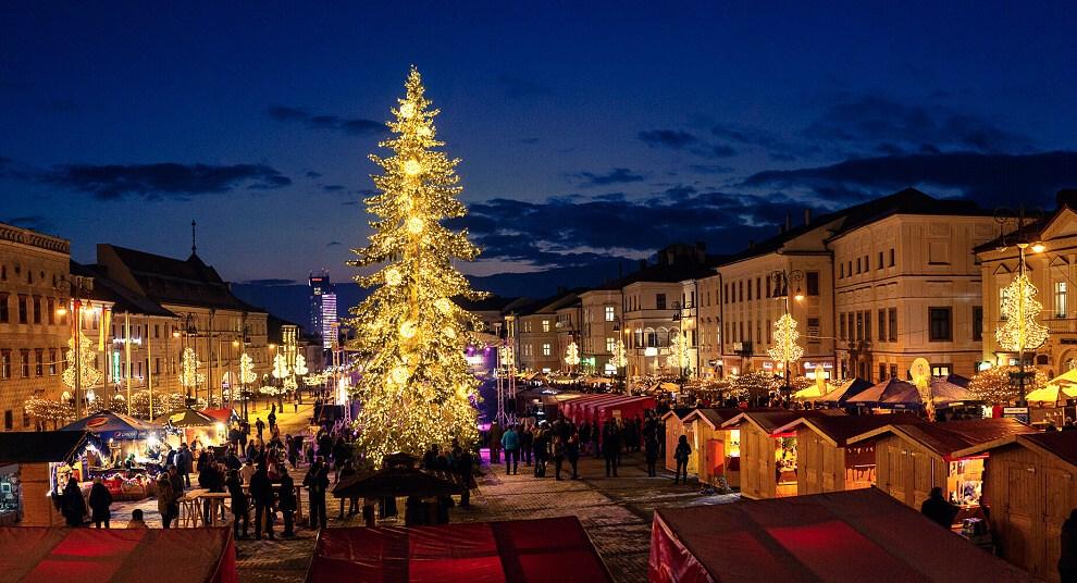 Malebná Banska Bystrica posatá vánočními stánky.