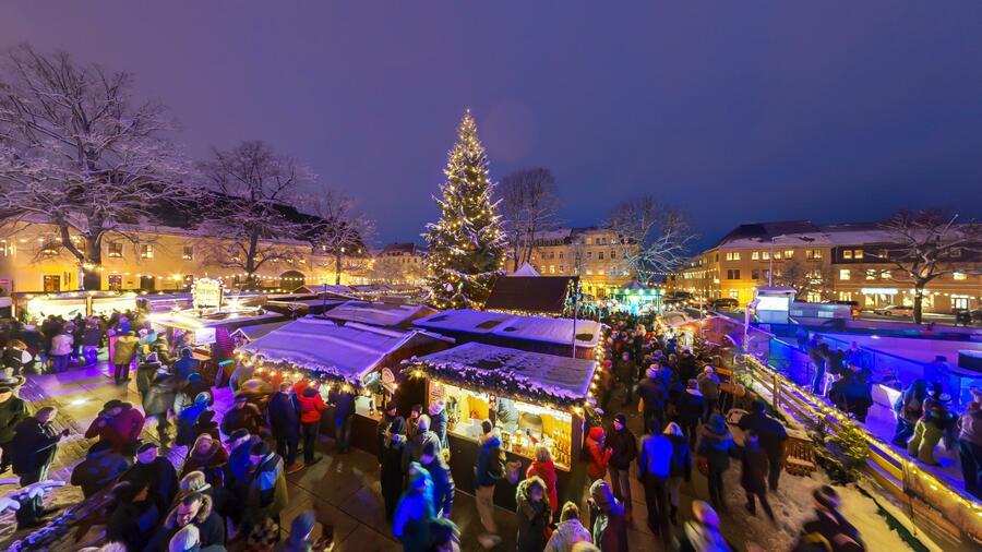 Na vánočním trhu v Marienbergu si můžete dokonce zabruslit.