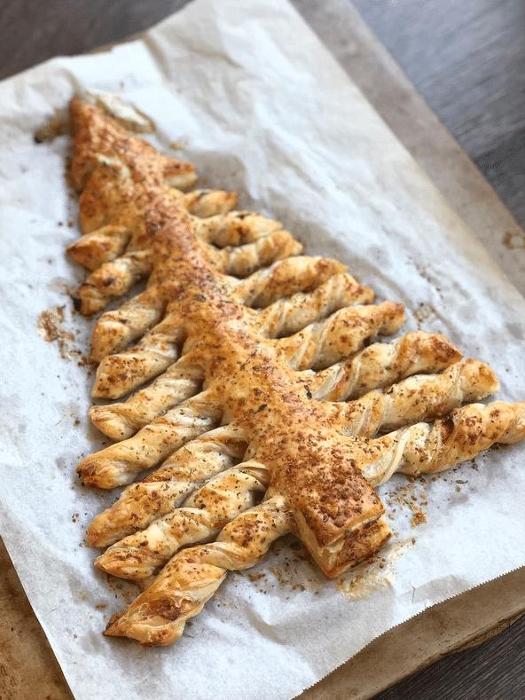 Sváteční slané pečivo z listového těsta ve tvaru vánočního stromečku.